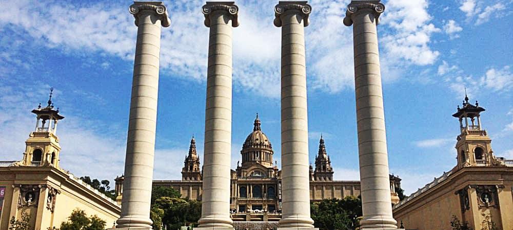 fontaine-montjuic-colonnes-mystère