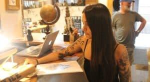La spécialité de la tatoueuse est les fleurs et les mandalas.